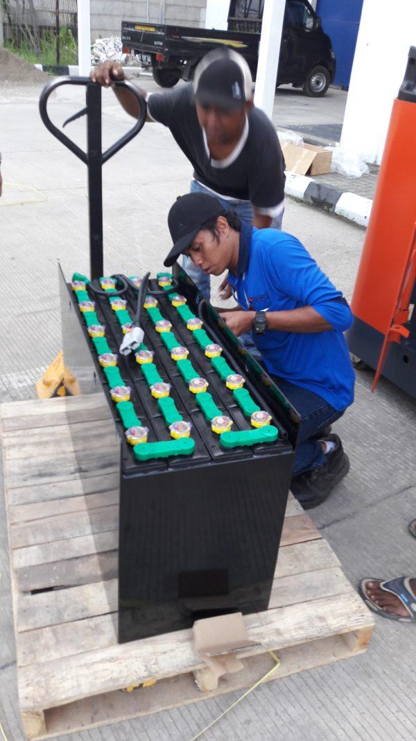 pusat battery forklift hitachi
